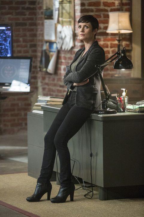 Durch einen neuen Fall, muss sich Brody (Zoe McLellan) einigen unangenehmen Fragen der Behörden stellen, wodurch ein paar dunkle Geheimnisse aus ihr... - Bildquelle: 2014 CBS Broadcasting Inc. All Rights Reserved.