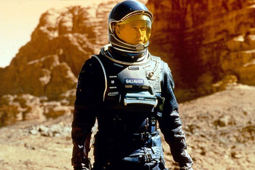 Bald zeigt sich, dass Gallagher (Val Kilmer) und das restliche Astronautenteam nicht allein auf dem Planeten ist ... - Bildquelle: Warner Bros. Entertainment Inc.