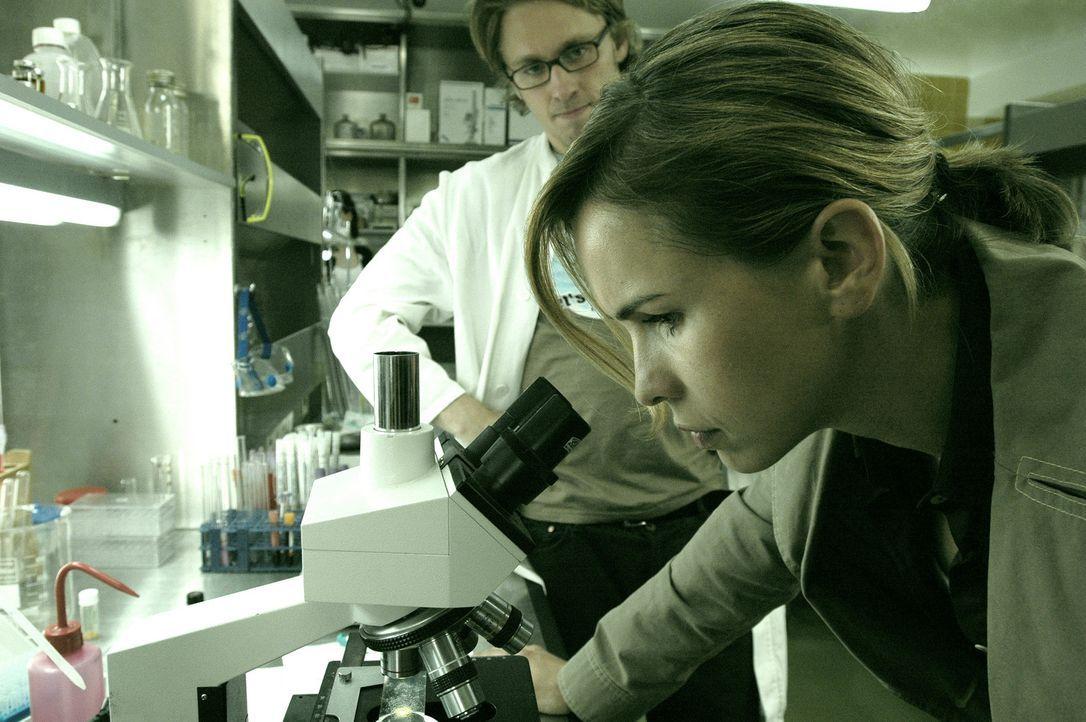 """Im Labor schaut sich die BKA-Beamtin Mia (Mareike Fell, r.) die gefährliche Designer-Droge """"Grüner Teufel"""" unter dem Mikroskop genauer an ... - Bildquelle: Gordon Mühle ProSieben"""