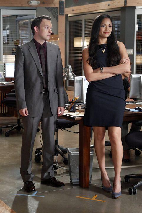 Ein neuer Fall beschäftigt Adam (Nathan Corddry, l.) und Cassie (Karen Olivo, r.) ... - Bildquelle: Warner Bros. Television
