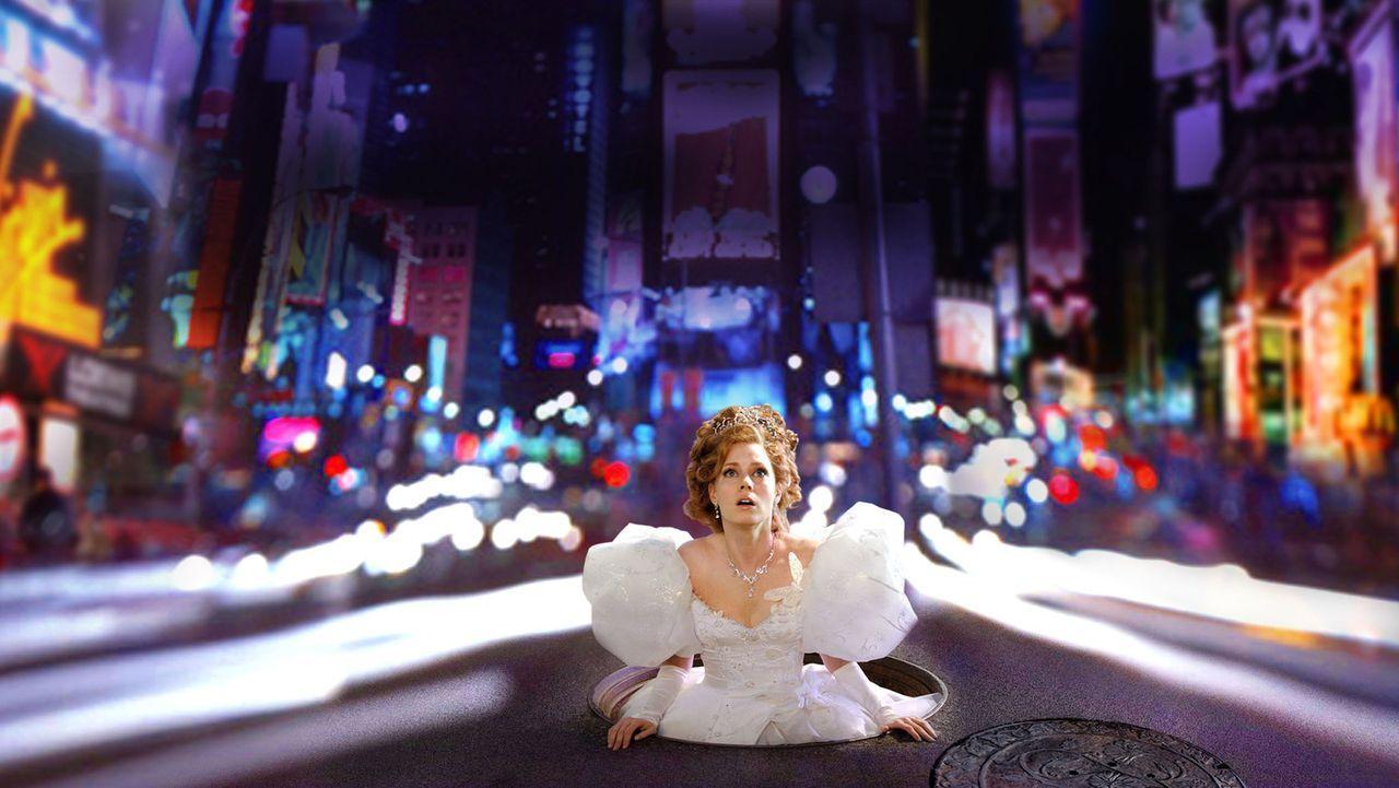 """Die Märchenprinzessin Giselle (Amy Adams) wird von ihrer bösen Schwiegermutter in """"die Welt ohne Happy End"""" -New York verdammt - und dort mit dem... - Bildquelle: Disney. All rights reserved"""