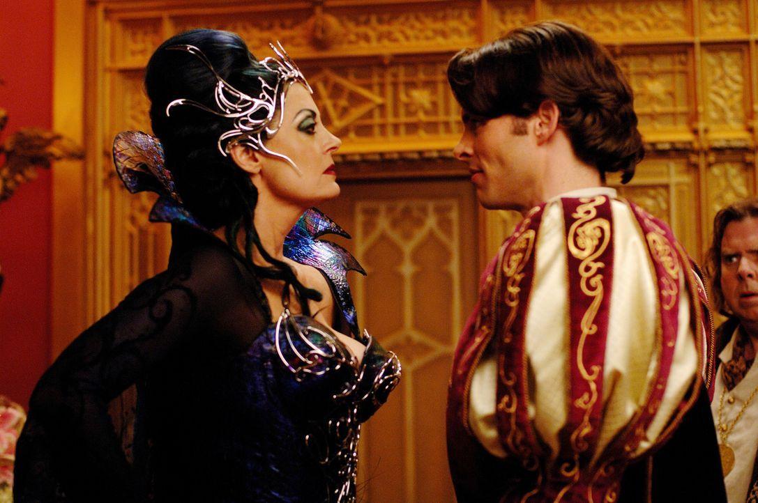 Ist entsetzt über die Heiratspläne ihres Stiefsohnes (James Marsden, r.): Königin Narissa (Susan Sarandon, l.). Doch schon bald findet sie die L - Bildquelle: Disney. All rights reserved
