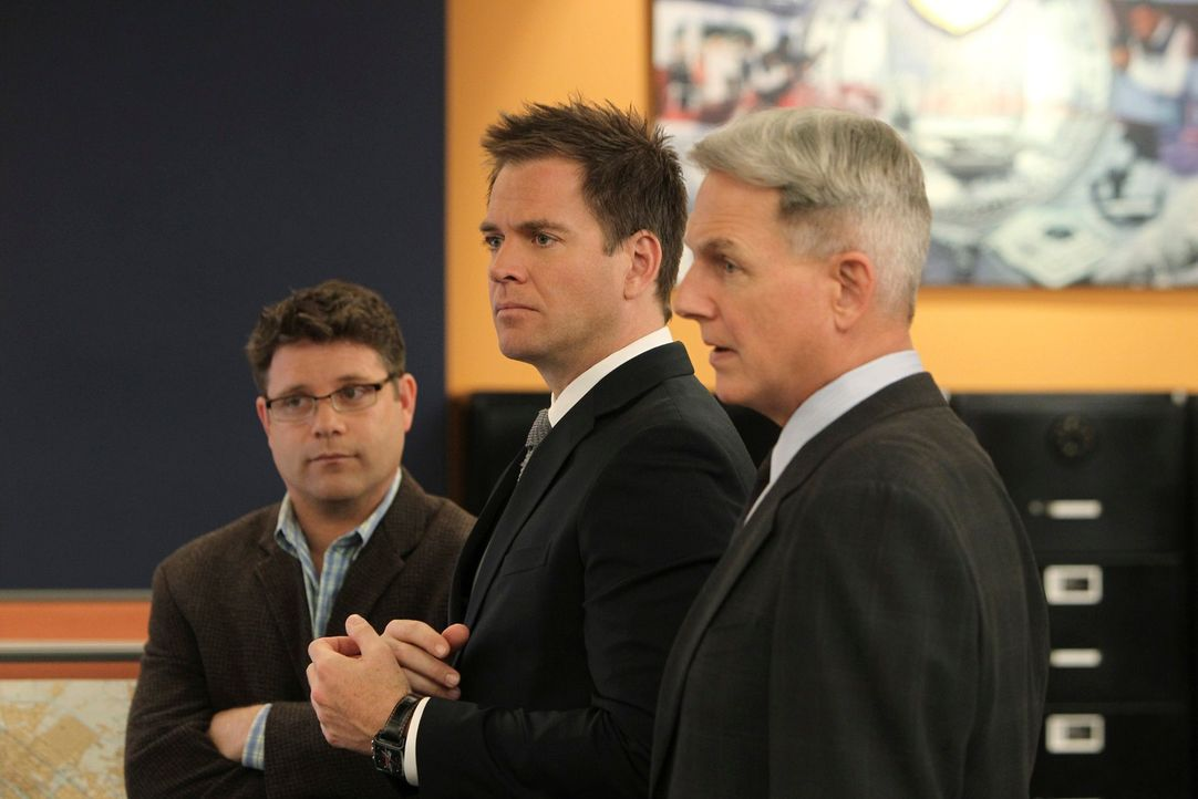 Suchen nach Hinweisen, in einem neuen Fall: Tyler Elliott (Sean Astin, l.), Gibss (Mark Harmon, M.) und Tony (Michael Weatherly, r.) ... - Bildquelle: 2012 CBS Broadcasting Inc. All Rights Reserved.
