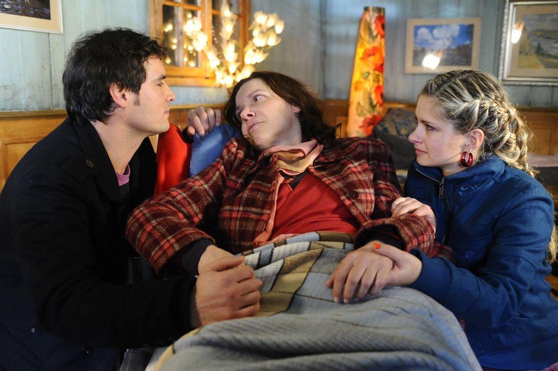 Gemeinsam haben Alexander (Paul Grasshoff, l.) und Mia (Josephine Schmidt, r.) Beate (Susanne Schwab, M.) aus dem Krankenhaus entführt, um ihr noch... - Bildquelle: SAT.1