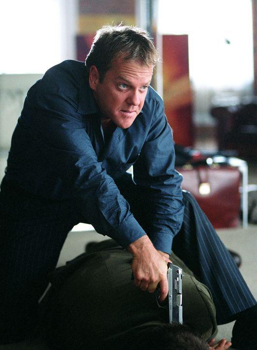 Die Beamten stehen unter großem Druck, denn sie müssen den Killer (Kiefer Sutherland) schnellstens dingfest machen. Allerdings fühlt sich das örtlic... - Bildquelle: Warner Bros.