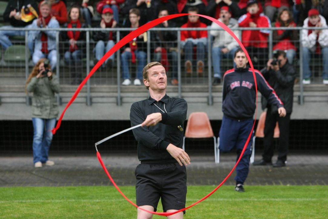 Die rhythmische Sportgymnastik zählt auch zu den Dingen, die man als Schiedsrichter (Michael Kessler) lieber lassen sollte ... - Bildquelle: Sat.1