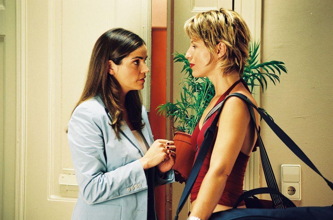 Sandra (Rebecca Immanuel, l.) verabschiedet ihre Wohnungsgenossin Patricia (Barbara Demmer, r.), die zu ihrer neuen Flamme zieht. Jetzt beginnt ein... - Bildquelle: Hardy Spitz Sat.1