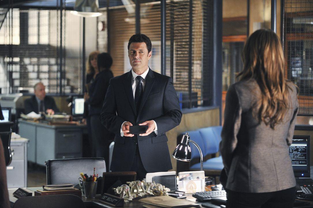 Von Anfang an steht Beckett (Stana Katic, r.) dem mysteriösen Jared Stack (Carlos Bernard, l.) skeptisch gegenüber. Tut sie ihm Unrecht? - Bildquelle: ABC Studios
