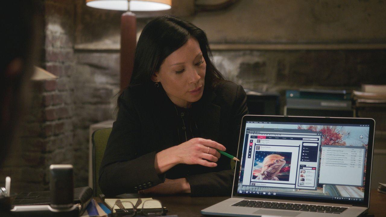 Bei der Arbeit behält Watson (Lucy Liu) wie immer einen klaren Kopf und schafft es so gemeinsam mit ihren Kollegen dem Mörder auf die Schliche zu ko... - Bildquelle: 2017 CBS Broadcasting, Inc. All Rights Reserved.