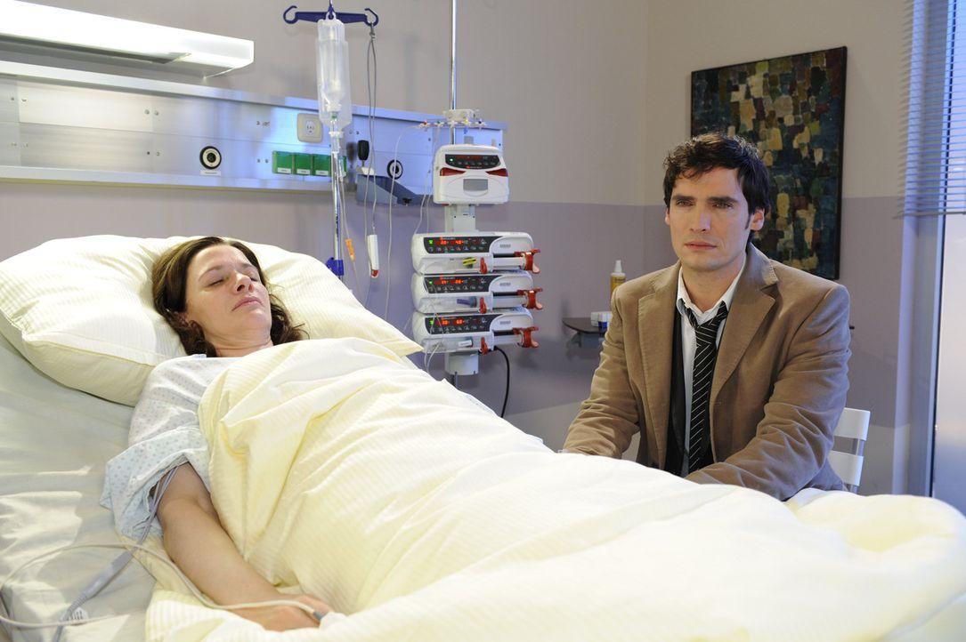 Alexander (Paul Grasshoff, r.) kommt mit der Tatsache nicht klar, dass seine Mutter Beate (Susanne Schwab, l.) bald sterben wird ... - Bildquelle: SAT.1