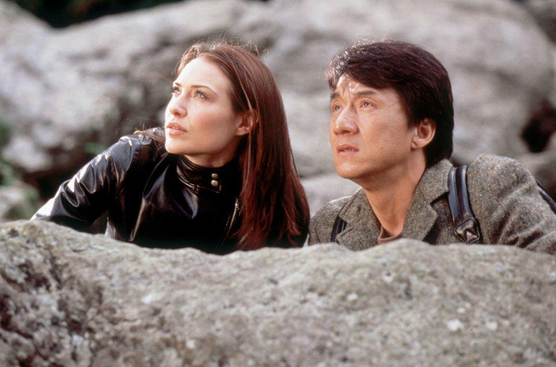 Detective Eddie Yang (Jackie Chan, r.) und Nicole James (Claire Forlani, l.) haben eine äußerst gefährliche Aufgabe: Sie müssen den Schurken Sna... - Bildquelle: 2004 Sony Pictures Television International. All Rights Reserved.
