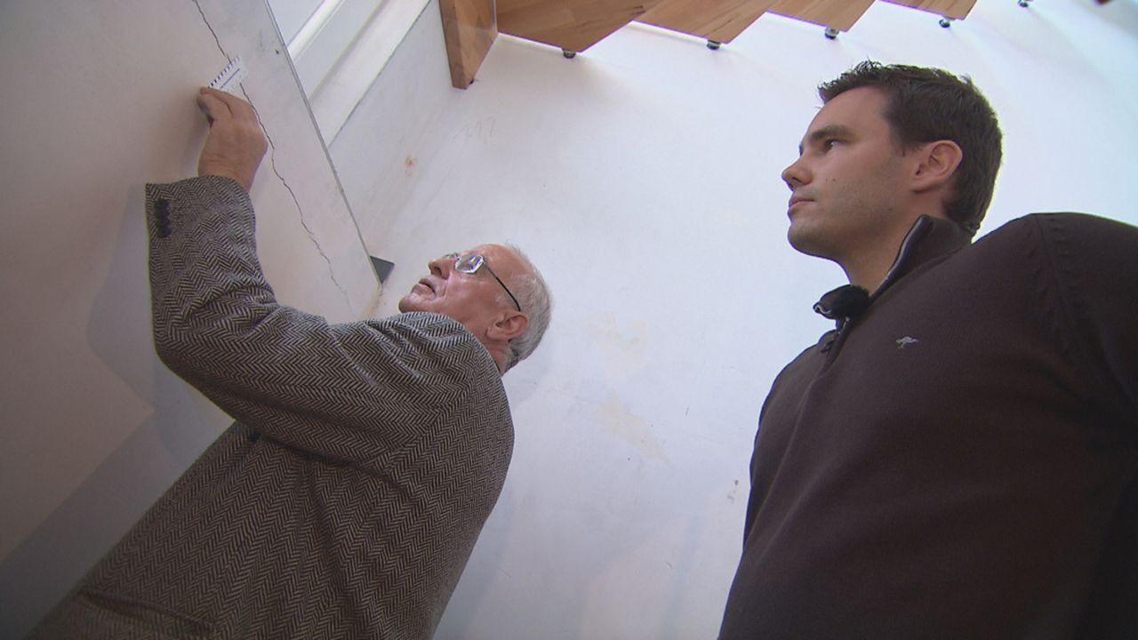 Zimmer ohne Aussicht - Häuslebauer in Not: Sachverständigen Reiner Uelze (l.) versucht Frank Prasse (r.) und seiner Familie zu helfen ... - Bildquelle: SAT.1