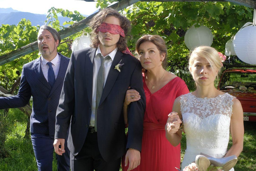 Gemeinsam mit Hochzeitsplaner Giovanni (Lukas Spisser, l.) und Claudia (Rebecca Immanuel, 2.v.r.) treten Jade (Lea Ruckpaul, r.) und Oliver (Tilman... - Bildquelle: Jacqueline Krause-Burberg SAT.1