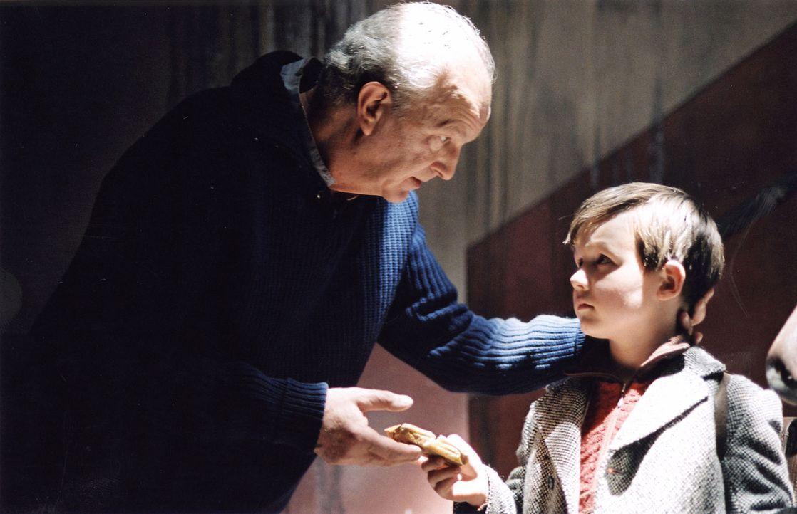 Michael (Leo Natalis, r.) will dem Nachbarn Herbert Prenzke (Michael Gwisdek, l.), dessen Frau an Tuberkulose erkrankt ist, helfen und ihm sein Butt... - Bildquelle: Stephan Rabold Sat.1