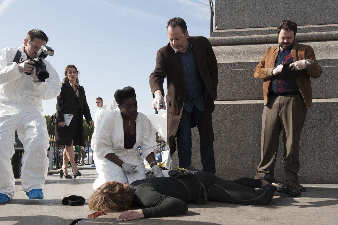 Der Kletterspezialist Bernard Lang wird am Fuß des Obelisken auf dem Place de la Concorde tot aufgefunden. Jo (Jean Reno, 2.v.r.), Angelique (Wunmi... - Bildquelle: Stéphanie Dupont Atlantique Productions