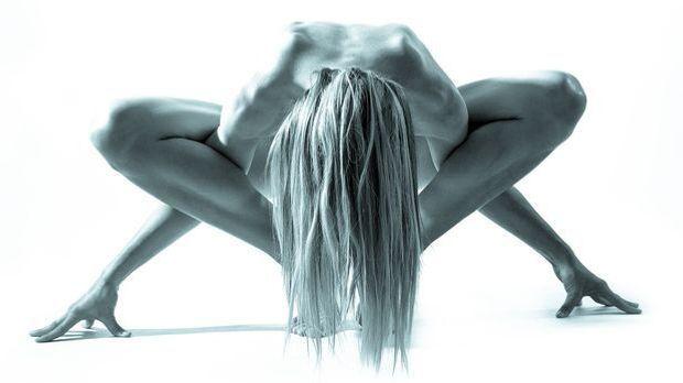 Beim Nackt-Yoga werden alle Übungen ohne Klamotten durchgeführt.