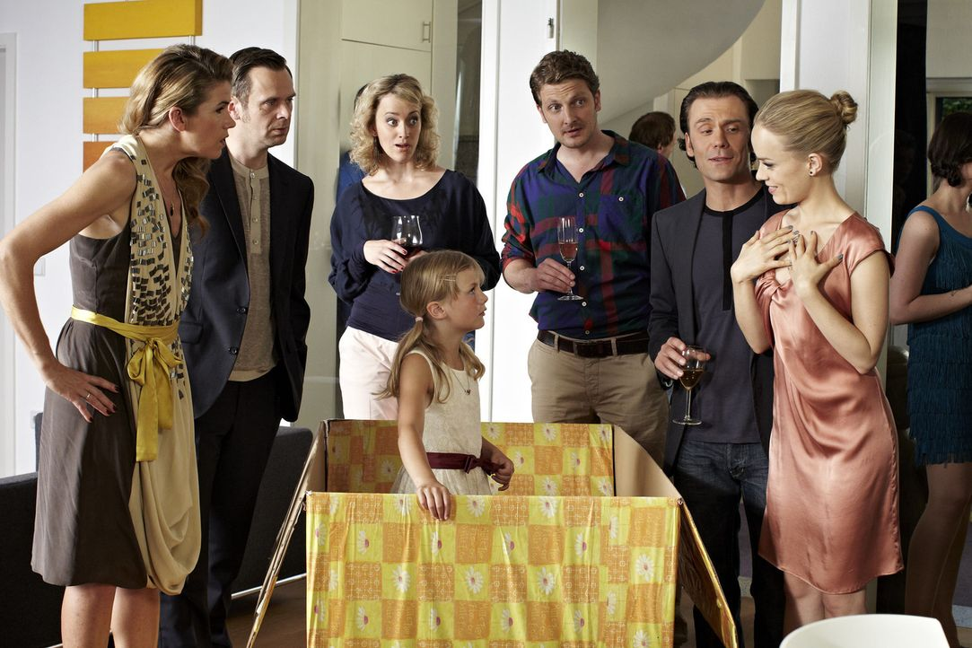 Eine Party-Gastgeberin (Anke Engelke, l.) bekommt zu ihrem Geburtstag ein ganz originelles Geschenk: ein kleines Mädchen! Dieses besondere Präsent... - Bildquelle: Guido Engels SAT.1