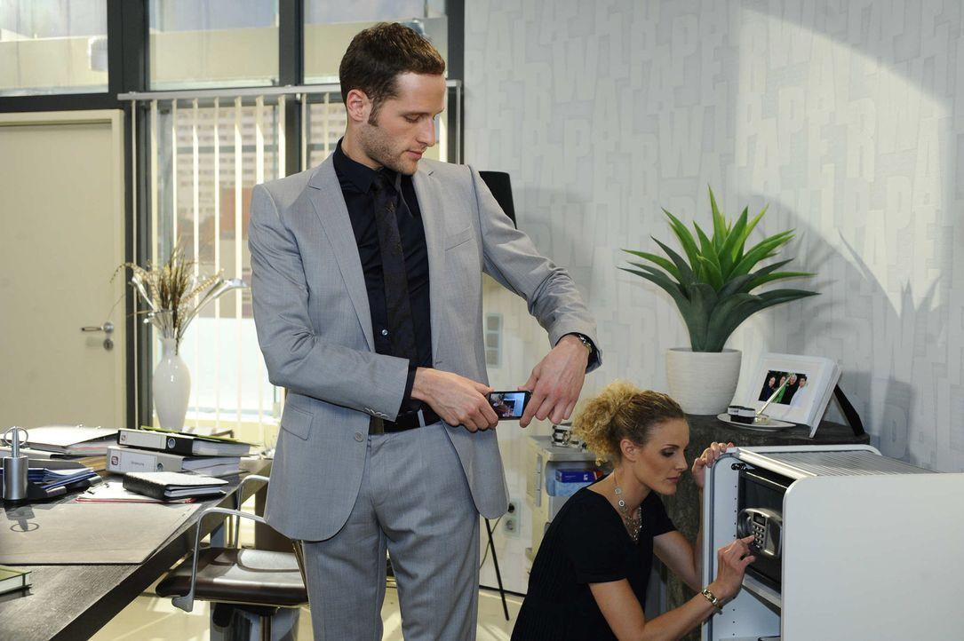 David (Lee Rychter, l.) bringt Maja (Barbara Lanz, r.) dazu, ihm den Tresor zu öffnen ... - Bildquelle: SAT.1