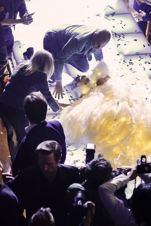 Ein schrecklicher Unfall? Ex-Model und Modedesignerin Nella Wester (Paulina Porizgova, r.) bricht auf dem Laufsteg leblos zusammen. - Bildquelle: John Paul Filo 2017 CBS Broadcasting, Inc. All Rights Reserved.