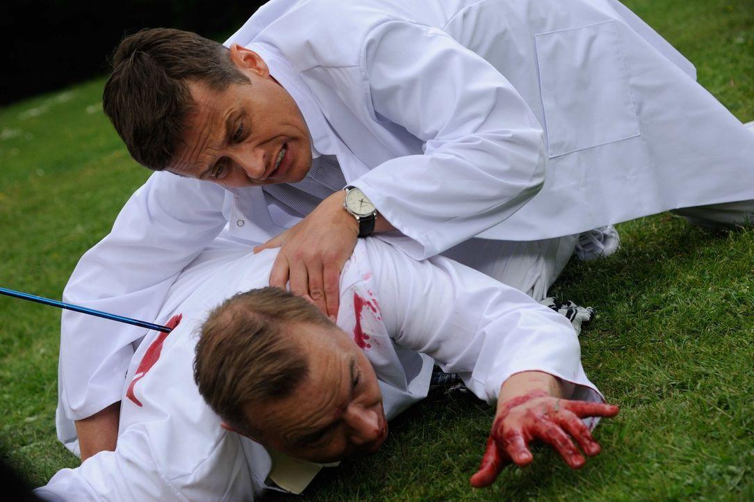 Tobias Rollberg (Thomas Arnold, l.) wird von einem Pfeil getroffen. Sein Kollege und Freund Sebastian Huth (Roman Knizka, r.) ist geschockt, da er a... - Bildquelle: Hardy Spitz SAT.1