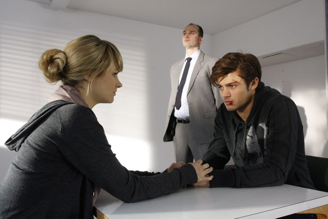 Moritz (Eugen Bauder, r.) sitzt in Untersuchungshaft. Er wird der Körperverletzung bezichtigt, dabei hat er Jessica (Isabell Ege, l.) vor einer Ver... - Bildquelle: SAT.1