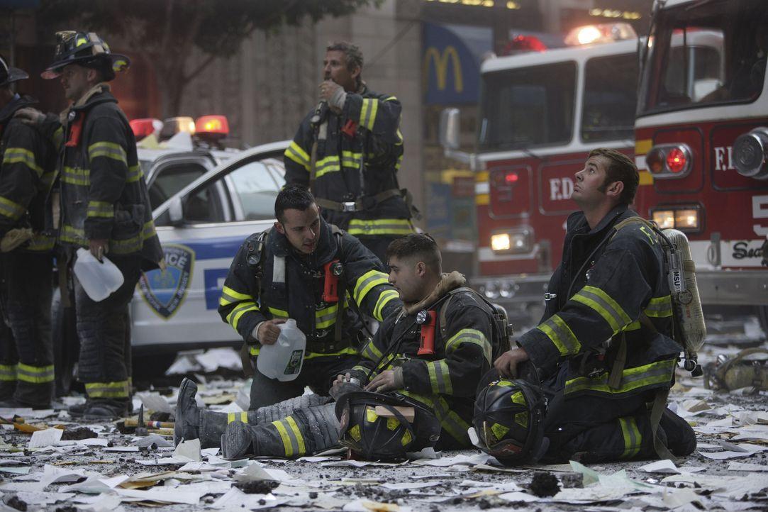 Nachdem der Flug American Airlines 11 um 8:46 Uhr in den Nordturm des World Trade Center geflogen ist, beginnt für die Retter ein gnadenloser Wettla... - Bildquelle: TM & © Paramount Pictures. All Rights Reserved.