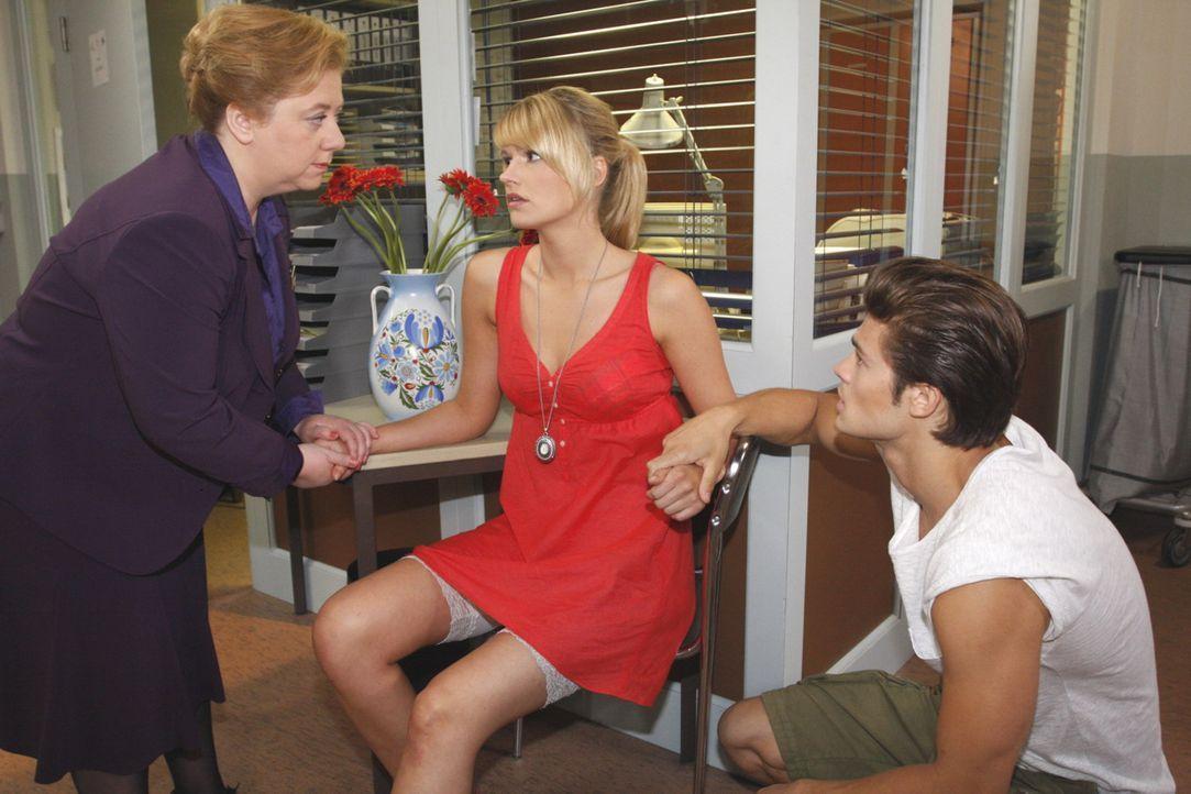 Jessica (Isabell Ege, M.) will ihr Glück mit Moritz (Eugen bauder, r.) voll auskosten und täuscht deshalb Paula (Regine Hentschel, l.) ... - Bildquelle: SAT.1