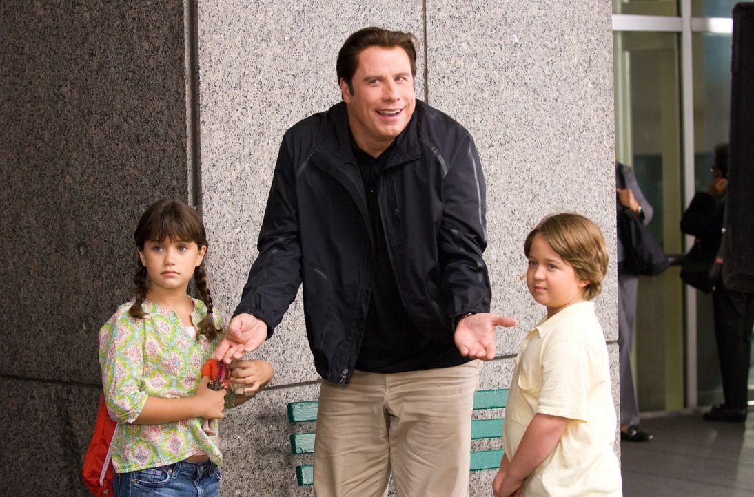 Das Leben der Freunde und Geschäftspartner Dan und Charlie (John Travolta, M.) wird kurzerhand auf den Kopf gestellt, als besondere Umstände die b... - Bildquelle: Walt Disney Pictures.  All rights reserved