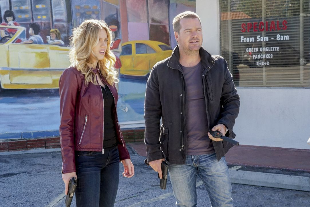 Bei den Ermittlungen in einem neuen Fall: Callen (Chris O'Donnell, r.) und Anna (Bar Paly, l.) ... - Bildquelle: Monty Brinton 2017 CBS Broadcasting, Inc. All Rights Reserved.