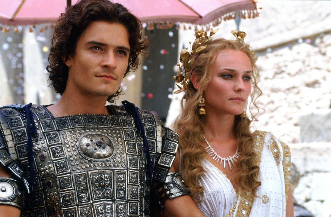 Unglücklicherweise verliebt sich der attraktive Königssohn Paris (Orlando Bloom, l.) in die schöne Helena (Diane Kruger, r.), Königin von Sparta. Al... - Bildquelle: Warner Brothers International Television