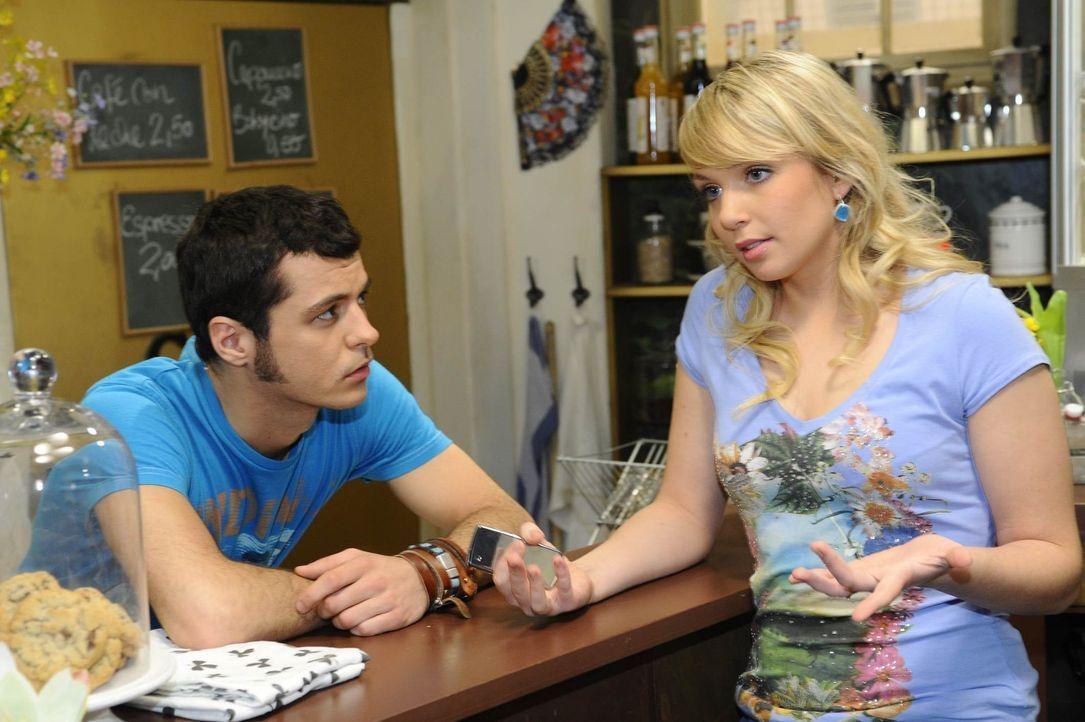 Maik (Sebastian König, l.) macht sich Sorgen um Lily (Jil Funke, r.), die kurz davor steht, einen gefälschten Pass zu bekommen, mit dem sie endlic... - Bildquelle: SAT.1