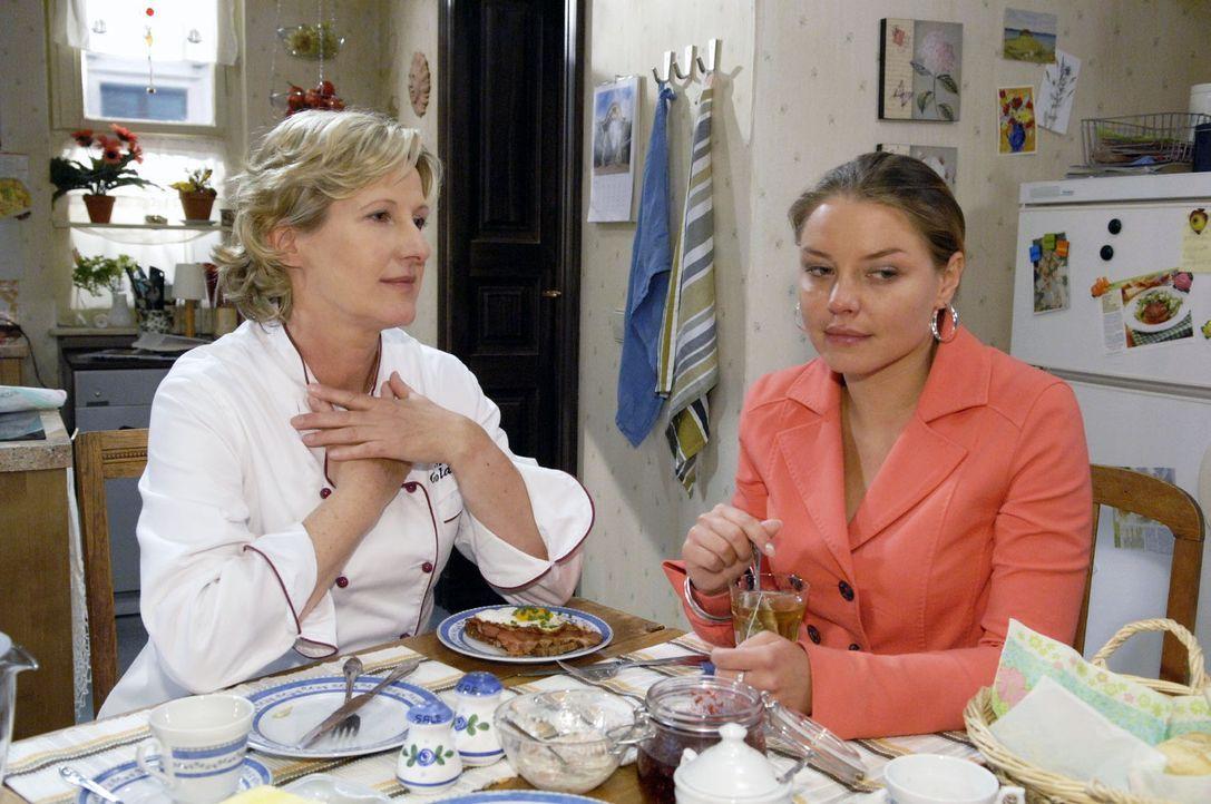Susanne (Heike Jonca, l.) erzählt Katja (Karolina Lodyga, r.) vom Glück, Kinder zu bekommen. - Bildquelle: Sat.1