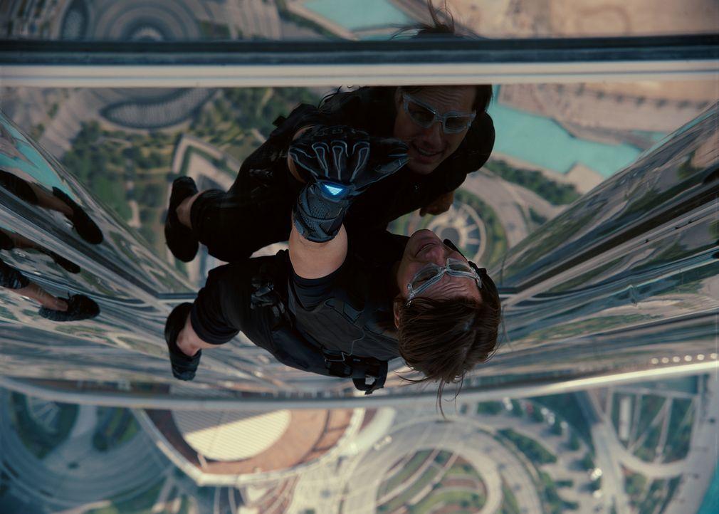 Achthundert Meter in die Tiefe könnte Ethan Hunt (Tom Cruise) bei seinem gewagten Manöver stürzen. Dies riskiert er, um das Leben vieler anderer zu... - Bildquelle: 2011 Paramount Pictures.  All Rights Reserved.