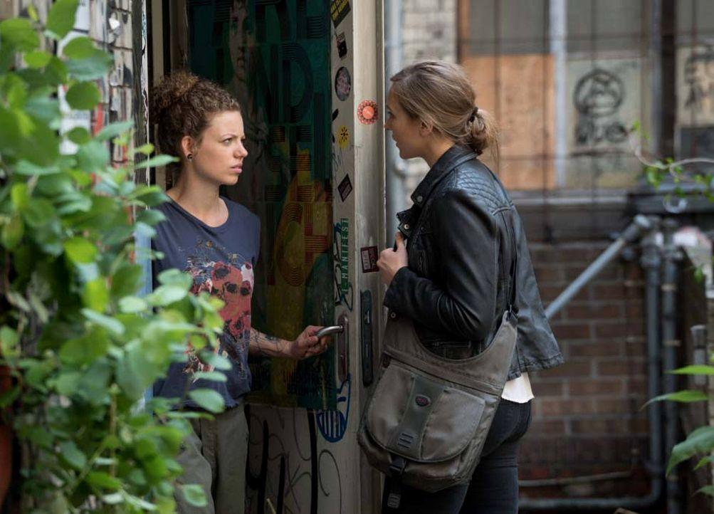 Laura (Sarah Sokolovic, r.) hat Kontakt zur Hackerin Sabine (Janina Blohn Sievers, l.) aufgenommen, die ihr einen Kontakt zu Numan herstellen soll.... - Bildquelle: Stephan Rabold 2015 Showtime Networks, Inc., a CBS Company. All rights reserved.