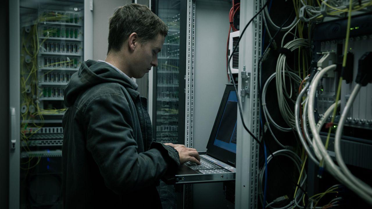 Berlin 2014: Der Außenseiter Benjamin (Tom Schilling) ist ein Computer-Hacker. Sein Leben findet in der virtuellen Welt des Netzes statt. Dann lernt... - Bildquelle: Jan Rasmus Voss Wiedemann & Berg Film / Jan Rasmus Voss