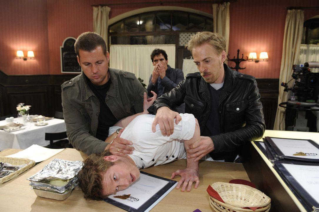 Wieder einmal bringt sich Jojo (Bernhard Bozian, 2.v.l.) in eine arge Bredouille: Als er Alexander (Paul Grasshoff, hinten) angreift, wird Kommissar... - Bildquelle: SAT.1
