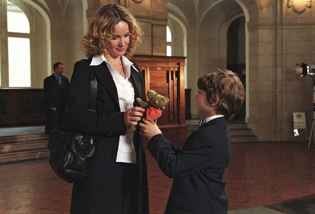 Vor der entscheidenden Gerichtsverhandlung überreicht Benny (Paul Zerbst, r.) Sabina (Ann-Kathrin Kramer, l.) seinen Glücksbringer. - Bildquelle: Sat.1