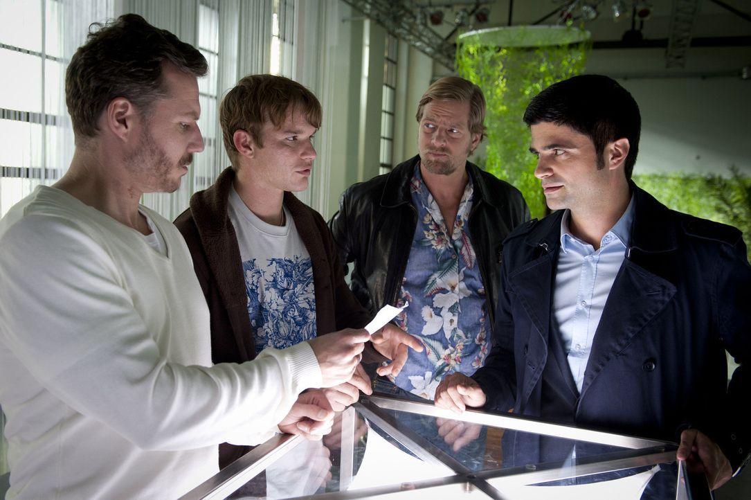 Tobias Brandt (Tobias Schenke, 2.v.l.) und sein Partner Peter Jordanis (Dirk Borchardt, l.) sind Inhaber eines Geocaching-Vereins. Eines Tages wird... - Bildquelle: SAT.1