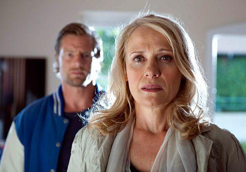 Die wohlhabende Annegret Falz (Alexandra von Schwerin) kann nicht fassen, dass ihr einziger Sohn ermordet wurde. Sie nimmt Mick (Henning Baum) das V... - Bildquelle: Martin Rottenkolber - Sat1