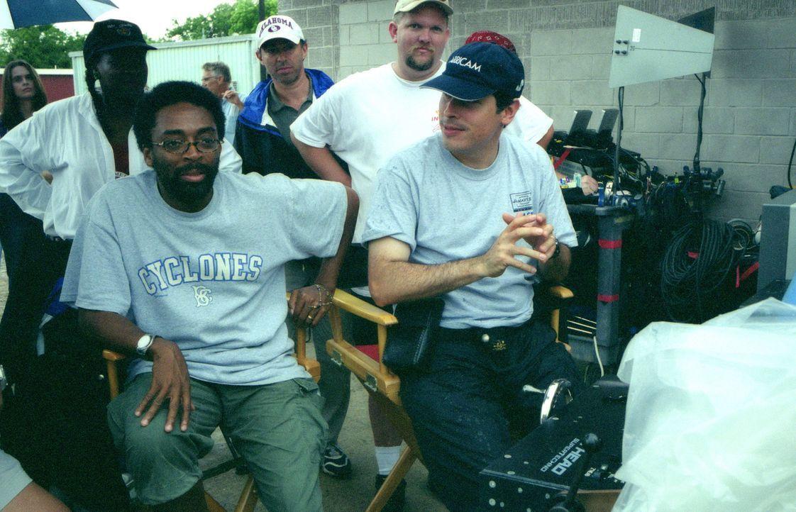 Regisseur Spike Lee, l. während einer Drehpause ... - Bildquelle: Touchstone Pictures
