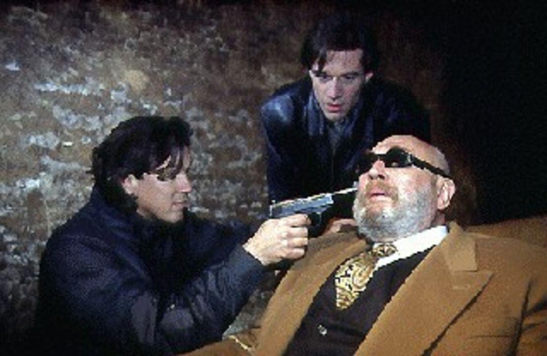 Der Großindustrielle Erich Staller (Rolf Hoppe, r.) ist von Otto Hartmann (Klaus H. Zmorek, l.) und Fritz Morak (Johannes Nikolussi, M.) entführt wo... - Bildquelle: Ali Schafler Sat.1