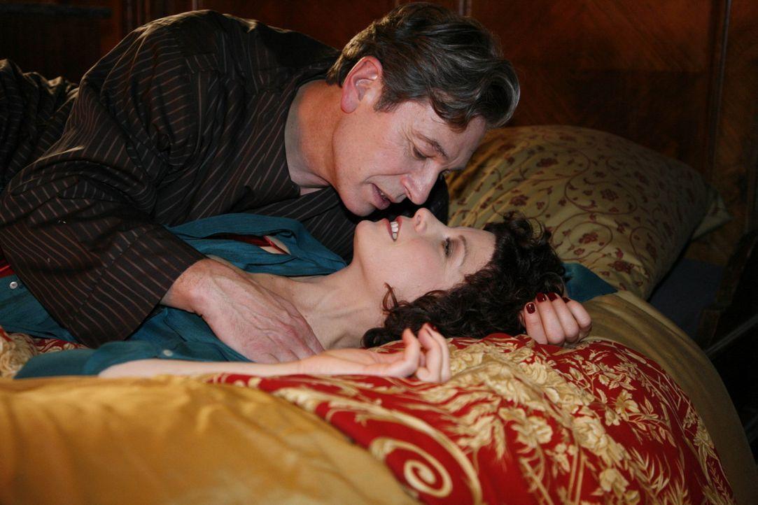 Nach einem Schäferstündchen mit Emily (Anna Schäfer, r.) bricht der herzkranke Julius (Günter Barton, l.) plötzlich leblos zusammen ... - Bildquelle: SAT.1