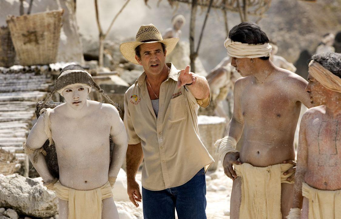 Am Set: Regisseur Mel Gibson, 2.v.l. - Bildquelle: Constantin Film