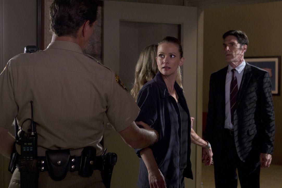 Haben JJ (A. J. Cook, M.) und Hotch (Thomas Gibson, r.) in Deputy Marty Bennett (Brady Smith, l.) den Täter gefunden, nach dem sie suchen? - Bildquelle: ABC Studios