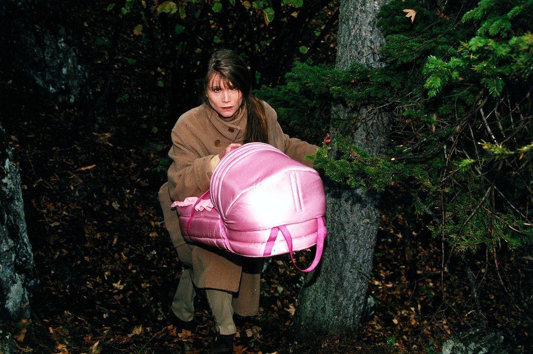 Eva Oswald (Ursula Andermatt) ist mit dem Baby (Paula Nikolussi) auf der Flucht vor Kommissar Brandtner und Rex. - Bildquelle: Ali Schafler Sat.1