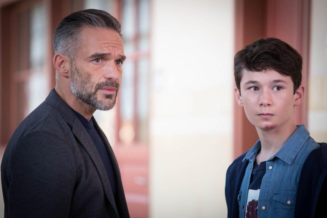 Eigentlich wollte Rocher (Philippe Bas, l.) nur seinen Sohn Lucas (Nathan Georgelin, r.) von der Schule abholen, doch dann wird er Zeuge, wie ein Ju... - Bildquelle: Eloïse Legay 2016 BEAUBOURG AUDIOVISUEL