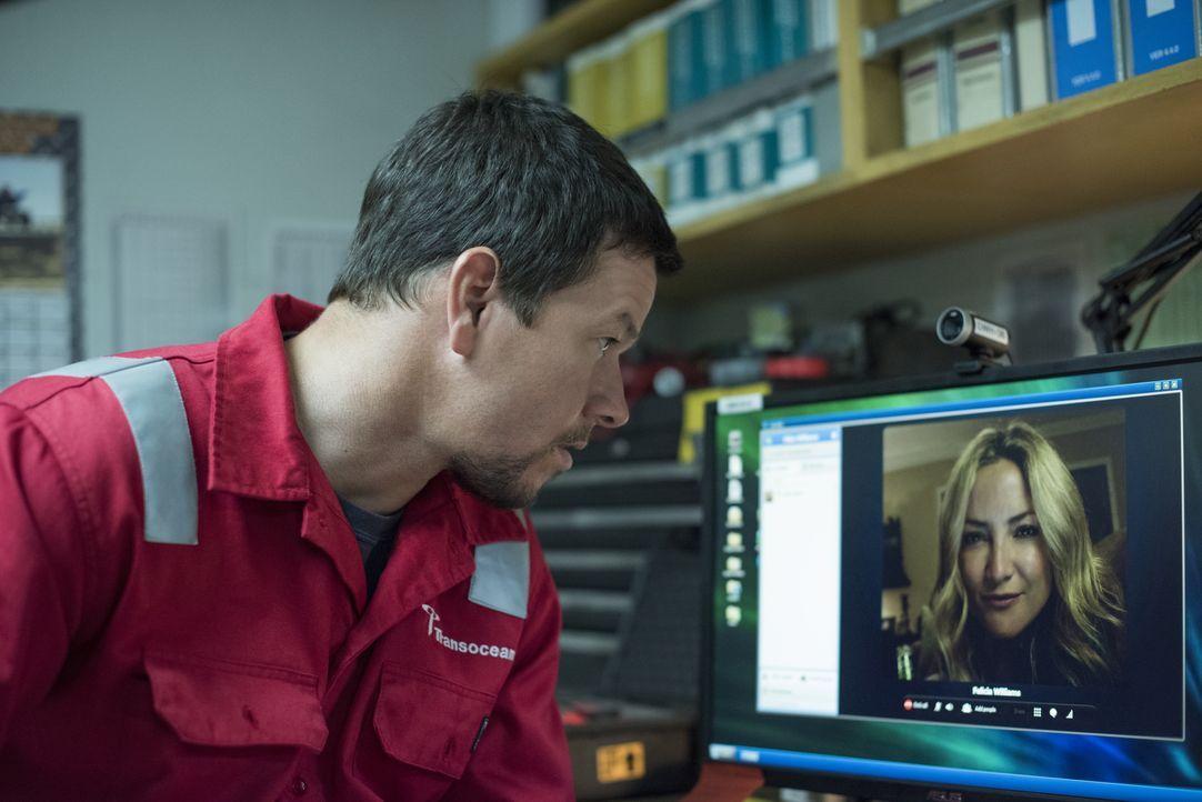 Felicia Williams (Kate Hudson, r.) ahnt bei dem Telefonat mit ihrem Mann Mike (Mark Wahlberg, l.) nicht, dass die Ölplattform auf der er arbeitet sc... - Bildquelle: Enrique Chediak Studiocanal / Enrique Chediak