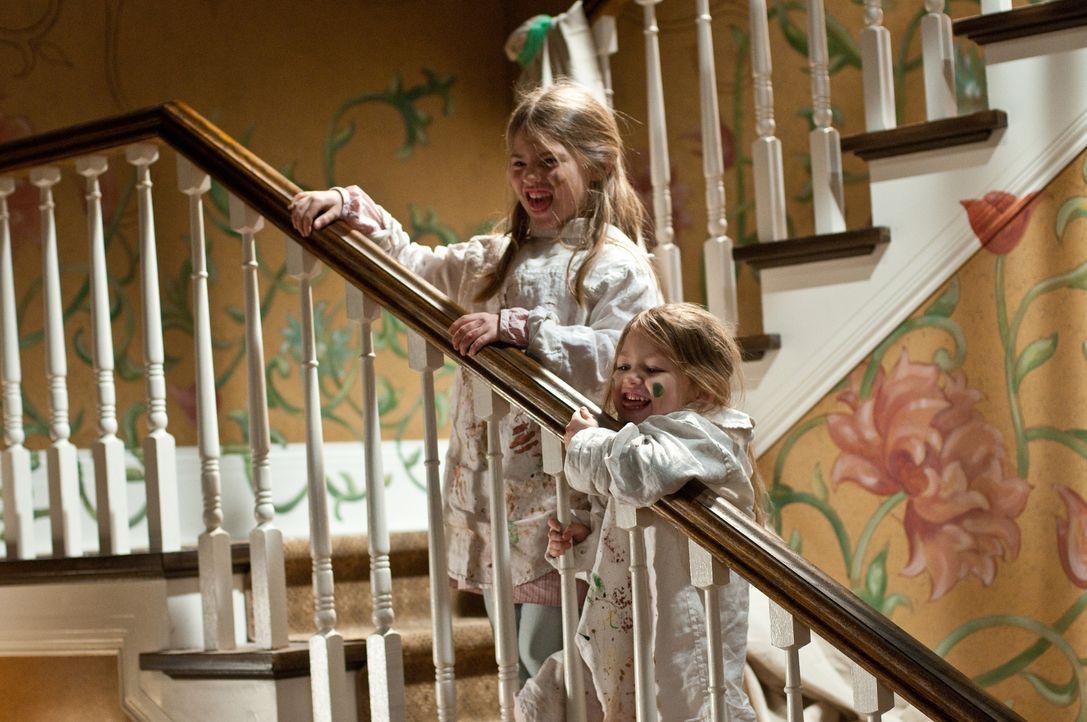 Die Geschwister Trish (Taylor Geare, l.) und Dee Dee (Claire Geare, r.) sehen seltsame Gestalten ... - Bildquelle: 2011 Universal Studios
