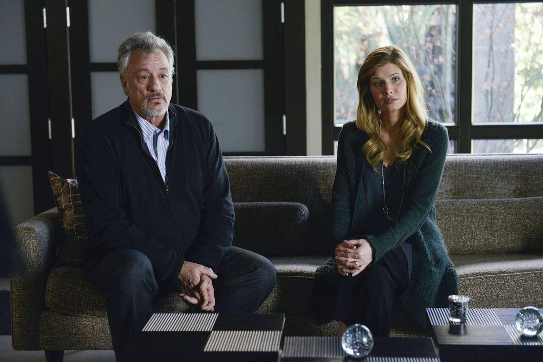 Sind entrüstet über den Verdacht von Jane und Lisbon und weisen jegliche Schuld von sich: Edward Feinberg (John de Lancie, l.) und seine Frau Mae (J... - Bildquelle: Warner Bros. Television