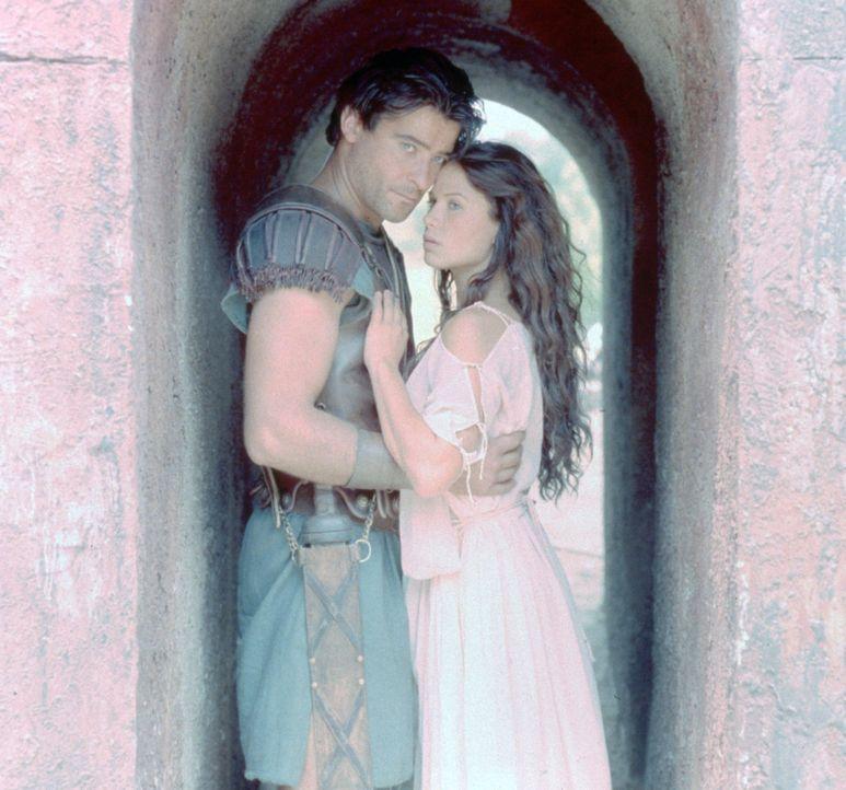 Grenzenlose Liebe: Spartacus (Goran Visnjic, l.) und Varinia (Rhona Mitra, r.) ... - Bildquelle: USA Network Pictures